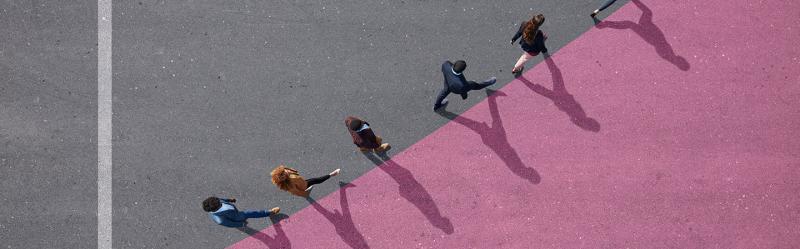Menschen gehen eine aufsteigende Linie entlang