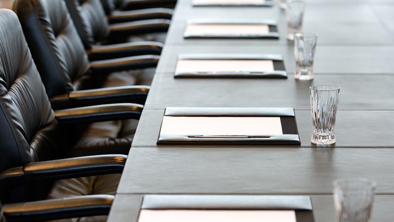 Unterlagen auf Tischen einer Hauptversammlung