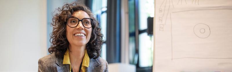 Lächelnde Frau in der Arbeitswelt