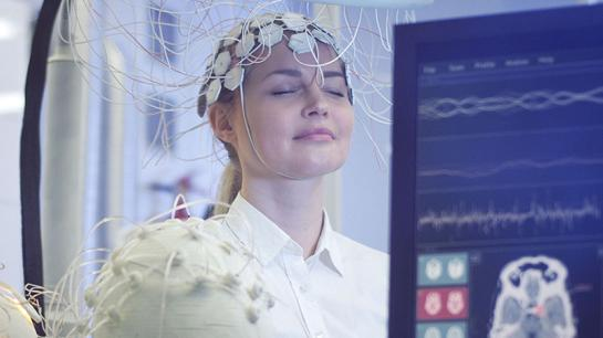 Frau trainiert Hirn mittels Neurofeedback