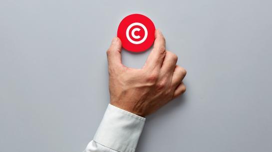 Hand mit dem Symbol des Patentrechts