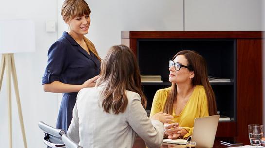 Drei Frauen versammeln sich am Tisch